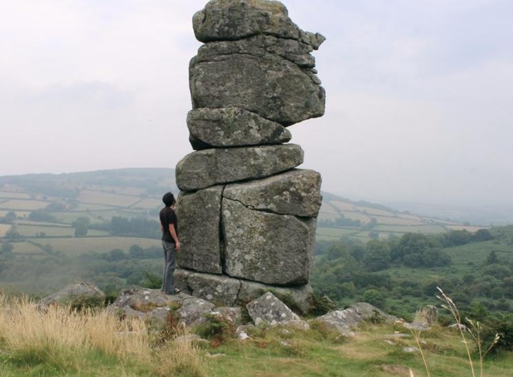 столб гранита на вершине холма в Дартмуре