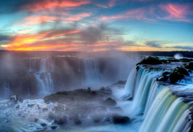 Игуасу - это комплекс красивейших водопадов на границе Бразилии и Аргентины